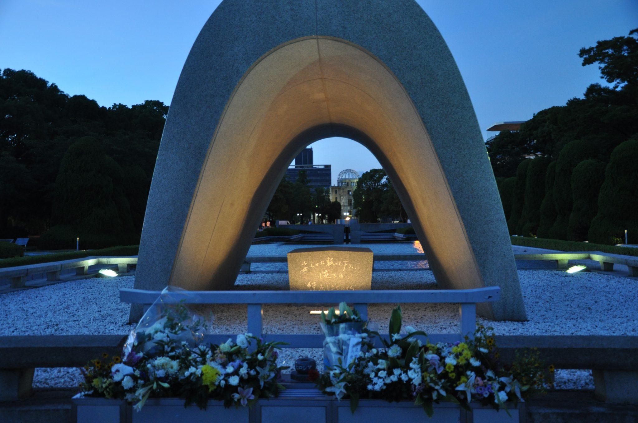 Hiroszima - Cenotaf, w tle Płomień pokoju i Atomic Bomb Dome