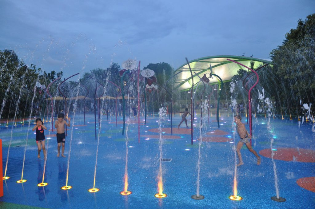 Zabawy na wodnym placu zabaw w Gardens by the Bay w Singapurze